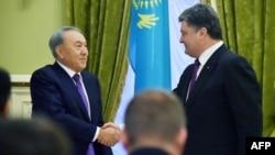 Претседателите на Казахстан и на Украина, Нурсултан Назарбаев и Петро Порошенко.
