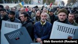 Protestuesit opozitarë duke u kujdesur për kampin e tyre të ndërtuar afër parlamentit të Ukrainës, foto nga arkivi