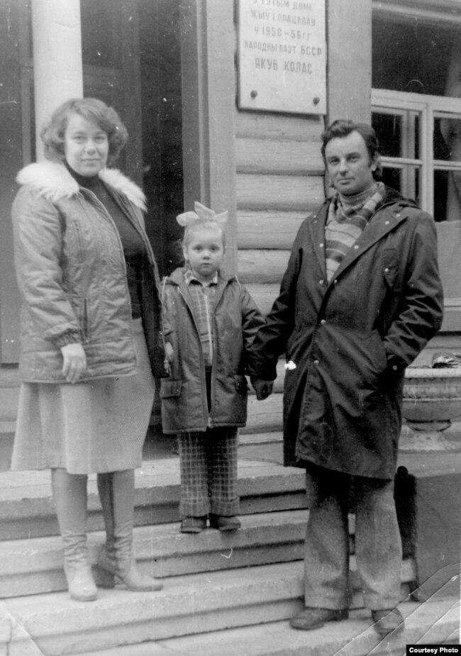 Міхась Стральцоў з жонкай Аленай і дачкой Алесяй у доме творчасьці пісьменьнікаў «Каралішчавічы». 1978 год