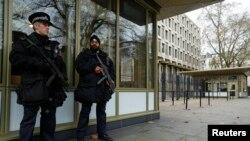 Полицейские охраняют здание посольства США в Лондоне.