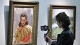 Žena uživo, na internetu, prenosi izložbu ruskog slikara realiste Ilje (Ilya) Repine u muzeju u Jekaterinburgu u Rusiji, 16. maja 2020. godine.