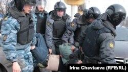 Поліція затримує активістів