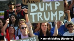 Протестующие пикетируют Бленхеймский дворец, где был устроен прием в честь президента США. Графство Оксфордшир, 12 июля 2018 года.
