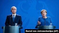 Канцлер Германии Ангела Меркель и прибывший с официальным визитом президент Казахстана Касым-Жомарт Токаев на совместной пресс-конференции. Берлин, 5 декабря 2019 года.