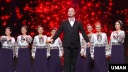 Актер студии «Квартал 95» Евгений Кошевой и участники Национального заслуженного академического украинского народного хора Украины имени Григория Веревки