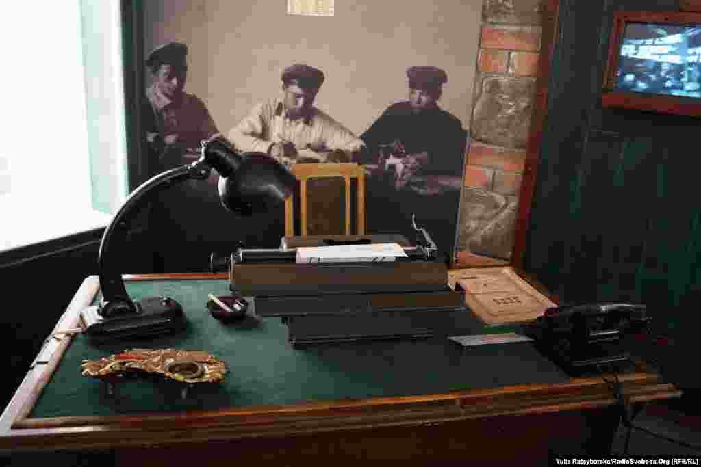 Музейники відтворили стіл та канцелярське приладдя так званих «трійок», які за сотнями сфальшованих справ засуджували до розстрілів невинних громадян