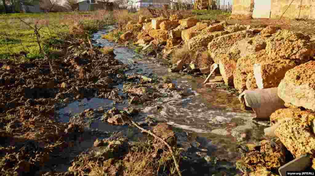 Вода из бани вытекает постоянно и заболачивает окружающую территорию.