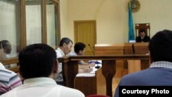 В зале суда по делу бывшего акима Жанаозена Орака Сарбопеева. Фото предоставлено независимым блогером Диной Байдильдаевой. Актау, 25 мая 2012 года.