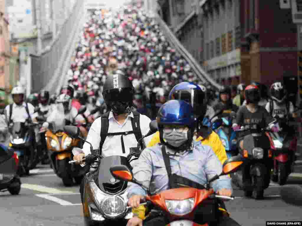 Skuterli (motorly) adamlar Sançuňdan Taýpeýe işe gitmek üçin Taýpeý köprüsinden geçýärler. Taýwan. 23 million ilatly Taýwanda 14 million motosikletli bar. (EPA-EFE/David Chang)