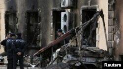 Сгоревшее здание отеля, подожженного участниками беспорядков в Исмаиллы. 25 января 2013 года.