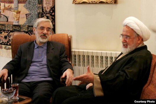 مهدی کروبی (راست) و میر حسین موسوی در هفته اخیر بار دیگر با یکدیگر دیدار و در باره مسائل پیش روی جنبش سبز گفت و گو کردند.