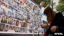 Фамилии, лица, свечи - участники акции в Москве попытались показать окружающим всю глубину бесланской трагедии через образ каждого отдельного погибшего человека