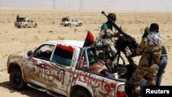 Либиски бунтовници на патот Бенгази-Аџдабија