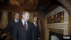 Володимир Путін у супроводі Дмитра Медведєва, тоді президента Росії, на екскурсії в арт-директора Санкт-Петербурзького дому музики Сергія Ролдугіна, 2009 рік