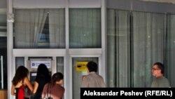 Луѓе пред банкомат