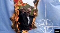 Митингующие в черногорском Цетине сжигают флаг НАТО, апрель 2017 года