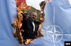 Противники вступления Черногории в НАТО сжигают флаг этой организации