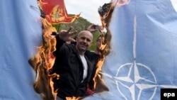 Pristupanje Crne Gore NATO tema je koja je duboko dijelila stanovništvo te izazivala značajne političke tenzije