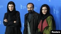 Asghar Farhadi aktrisalar Leila Hatami və Sareh Bayat (sağ) ilə Berlin film festivalında