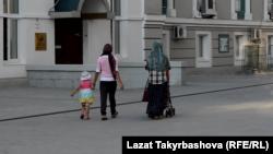 Тилемчилик кылган келин балдары менен Москвадагы мечиттин короосунда