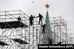 Рабочие разбирают павильон на Красной площади, Москва
