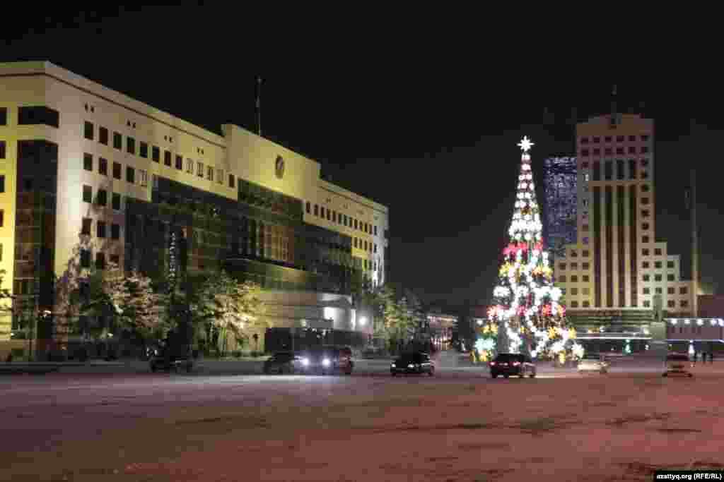 Астана қалалық әкімдігінің алдына тігілген шырша. Биыл қала бойынша 40 шырша тігілді.