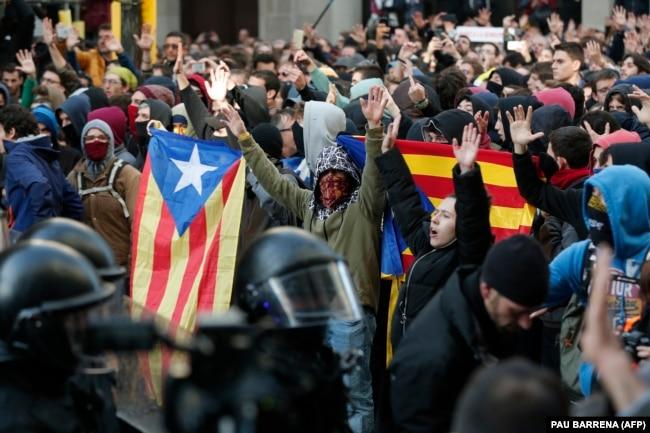 Демонстрация сторонников независимости Каталонии в Барселоне, декабрь 2018 года