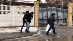 """Полиция """"Тоқаев үшін кешірім сұрамақ болған"""" суретшіге кедергі жасады"""