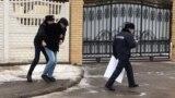 «Вибачте за нього». В Казахстані художник вибачився за заперечення анексії Криму президентом (відео)