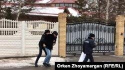 Полиция задерживает художника Асхата Ахмедьярова, вышедшего к зданию посольства Украины в Казахстане «просить прощения у народа Украины за слова президента Касым-Жомарта Токаева». Нур-Султан, 5 декабря 2019 года.