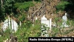 Oštećeno mulimansko groblje u Severnoj Mitrovici, 28. juna 2016.