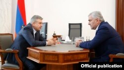 Armenia - Acting Prime Minister Karen Karapetian (L) meets with businessman Samvel Karapetian in Yerevan, 24 April 2018.