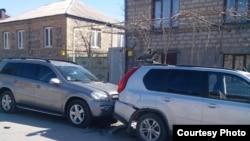 Пострадала и стоящая рядом машина, которая принадлежит строителю из Москвы