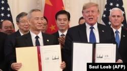 აშშ-ის პრეზიდენტი დონალდ ტრამპი და ჩინეთის ვიცე-პრემიერი ლიუ ჰე შეთანხმების ხელმოწერის შემდეგ.