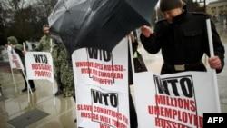 Під штаб-квартирою СОТ у Женеві протестують проти приєднання до організації Росії. 16 грудня 2011 року