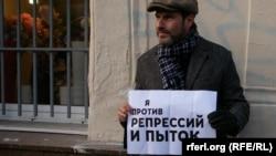 Телеведущий Михаил Шац на акции против пыток и политических репрессий 27 октября 2013 г.