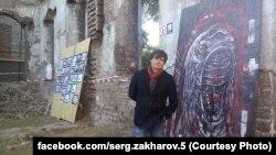 Сергей Захаров на импровизированной выставке, устроенной активистами в развалинах старой синагоги в Мариуполе