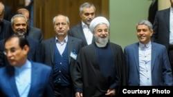 علی طیب نیا (وزیر اقتصاد) در کنار حسن روحانی