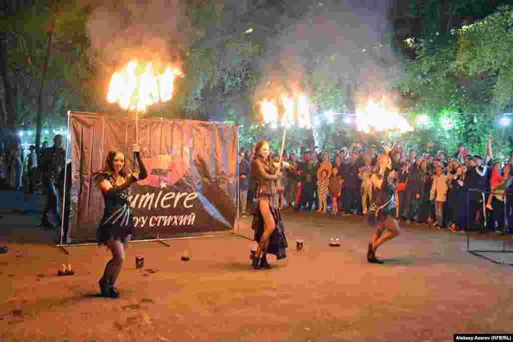 Финалом «Ночи в музее» музея имени Абылхана Кастеева по традиции стало огненное представление – шоу стихий Lumiere. Алматы, 18 мая 2019 года.