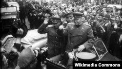 Маршал Советского Союза Иван Конев (справа) в Праге, май 1945 года