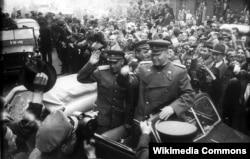 Маршал СССР Иван Конев (в центре), будущий первый командующий ВС ОВД, в освобожденной от нацистов Праге, май 1945 года