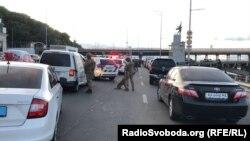 Очільник Головного управління поліції Києва Андрій Крищенко заявляє, що озброєний чоловік, погрожуючи вибухом біля мосту Метро в Києві, «хотів поговорити зі своєю дівчиною»