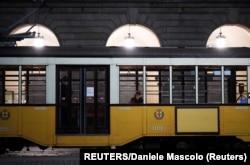 Міланський трамвай з двома пасажирами у салоні, березень 2020 року