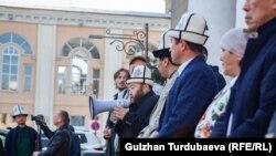 """""""Қирқ чўрў"""" Бишкек мэри истеъфосини талаб қилиб, митинг ўтказмоқда."""