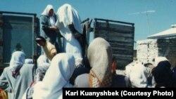 """Невеста перед казахским свадебным обрядом """"беташар"""" и знакомством с родней будущего мужа. Бендер-Туркмен, 1998 год."""