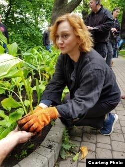 """Римма Зюбина во время акции """"Сажайте цветы, а не людей"""" в поддержку украинских политзаключенных"""