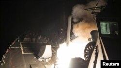 Distrugătorul american USS Ross lansează o rachetă Tomahawk din Mediterranean Sea, 7 aprilie 2017
