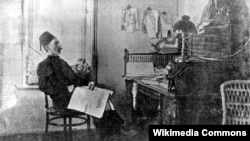 1884 елда Исмәгыйль Гаспралы (Гаспринский) Кырымның Бакчасарай шәһәрендә беренче ысуле җәдит мәктәбен ачып җибәрә