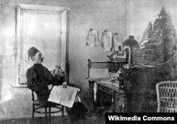 İsmayıl bəy Qaspıralı öz kabinetində iş başında - 1910
