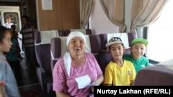 Пассажиры в поезде сообщением Алматы-2 – Казыбек-бек. Алматы, 16 августа 2017 года.